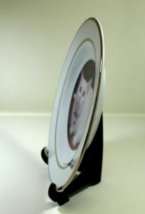 粘着テープに皿をくっつけるようにして安定させる