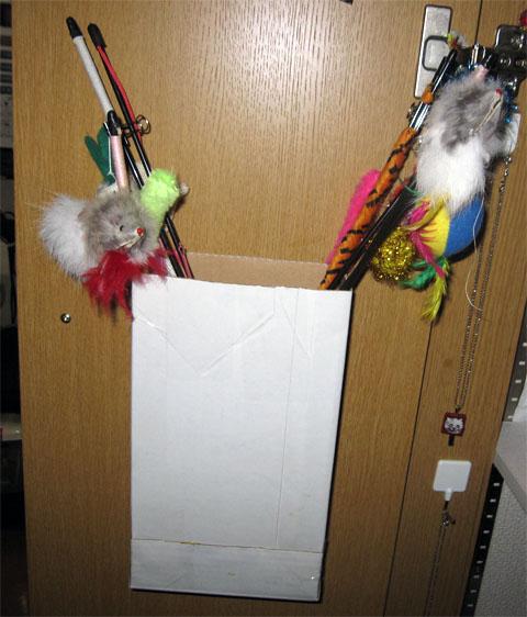 ついでに自作のおもちゃ入れも物入れのドアに取り付けました